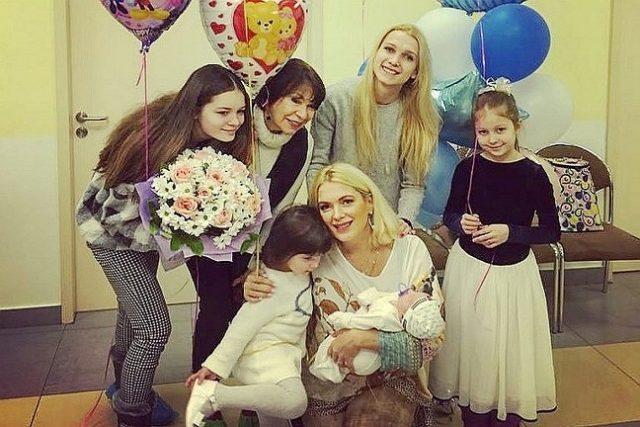 Мария Порошина с детьми