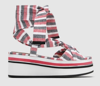 Легкие и стильные сандалии из ткани в полоску. Их можно найти на сайте Zara
