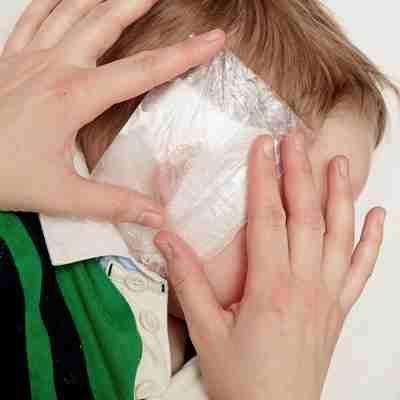 Как правильно поставить ушной компресс ребенку - шаг 2