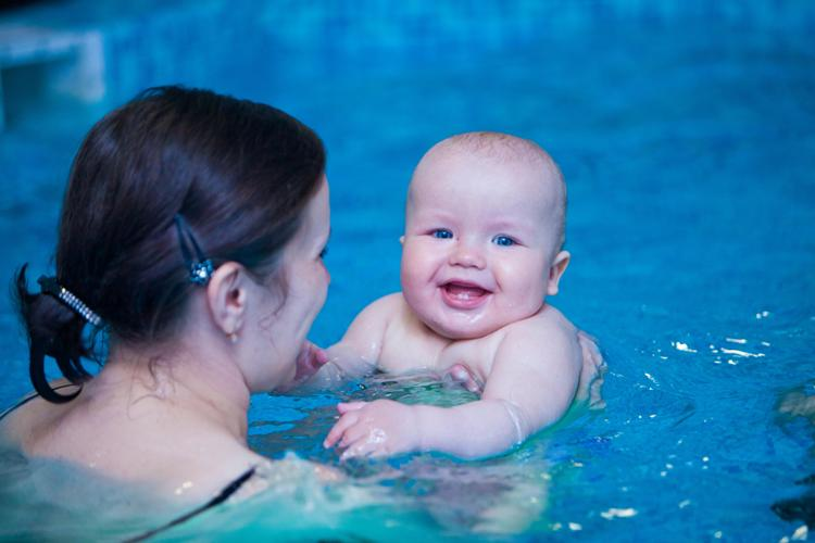 Обучение грудничков плаванию