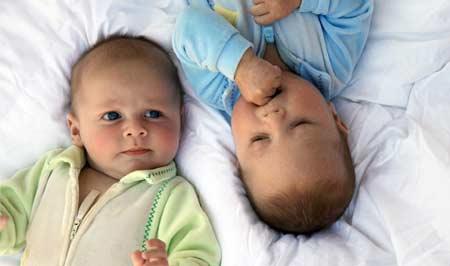 Уход за новорожденными двойняшками
