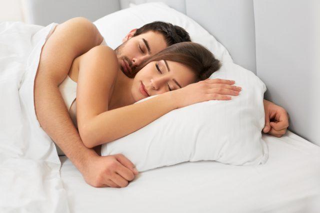Уснуть в обнимку с мужем