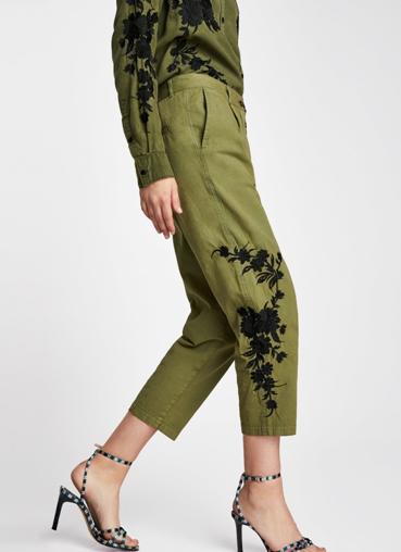 Зеленые чиносы с вышивкой