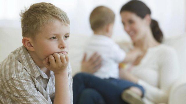Как помочь ребенку справиться с ревностью