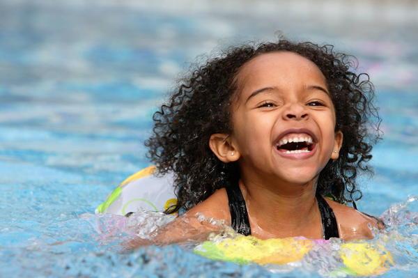 С какого возраста и как купать детей в водоемах?