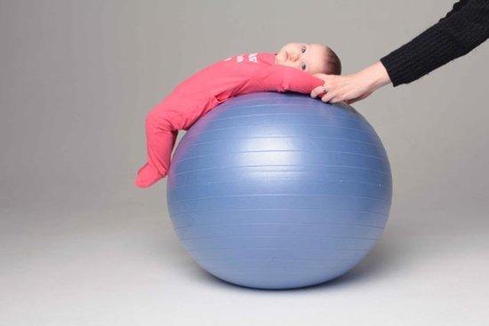 Занятия на фитболе с новорожденным