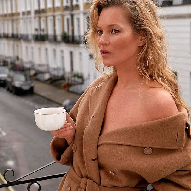 Кейт Мосс с чашкой
