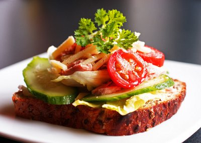 Бутерброды с творогом и овощами