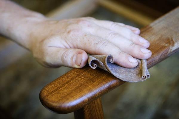 Как вывести пятна с лакированной и деревянной мебели