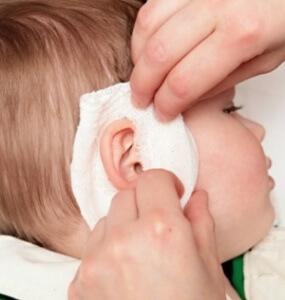 Как правильно поставить ушной компресс ребенку - шаг 1