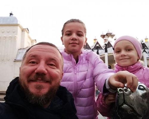 Михаил часто общается с дочками