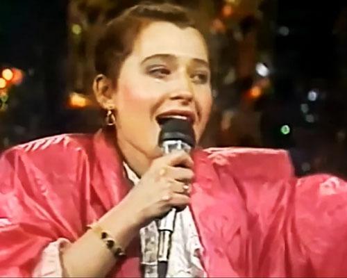 Алиса Мон на сцене с хитом 80-х «Подорожник-трава»